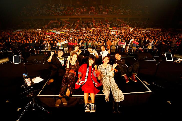 学園祭ライブ終了後に記念撮影するmiwa(中央)。