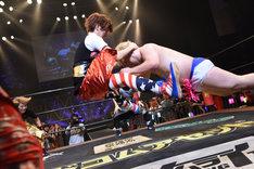 男色ディーノ(右)をDスラッシュで撃退するMASAKI(左)。
