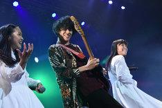 派手なギターソロでステージを盛り上げるオワリカラ・タカハシヒョウリ(中央)。