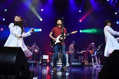 ヒサシ the KID(中央)をゲストに迎えて「Music Lovers」を披露するアイドルネッサンス。