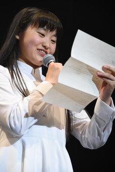 小出祐介からの手紙を読み上げる新井乃亜。
