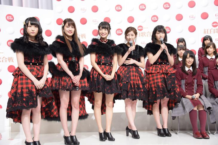 会見でサプライズ発表を行うAKB48グループの川本紗矢、入山杏奈、北原里英、渡辺麻友、横山由依(左から)と、見守る欅坂46のメンバーたち。