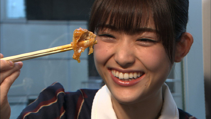 肉を前にニヤニヤが抑えられない松村沙友理。(c)TBS