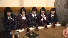 """""""神グルメ""""に興奮する乃木坂46。(c)TBS"""