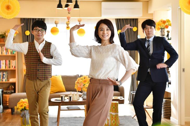 """左から""""恋ダンス""""を踊る星野源、石田ゆり子、安住紳一郎アナウンサー。 (c)TBS"""