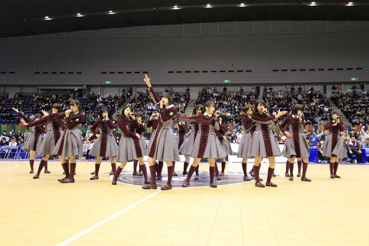 B-LEAGUEハーフタイムショーでライブを披露する欅坂46。(photo by cB-CORSAIRS / T.Osawa)