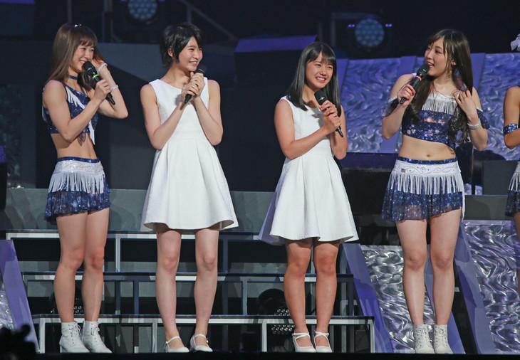 13期メンバーに選ばれた横山玲奈(右から2番目)と加賀楓(左から2番目)。(写真提供:UP-FRONT PROMOTION)
