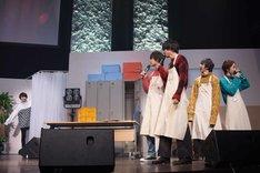 生着替えのブースに入る塩崎太智(左)と、彼を見送るメンバー。