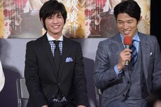 板垣瑞生(左)についてコメントする鈴木亮平(右)。