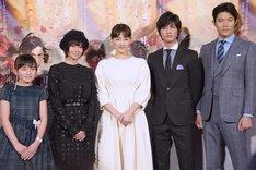 左から鈴木梨央、真木よう子、綾瀬はるか、板垣瑞生、鈴木亮平。