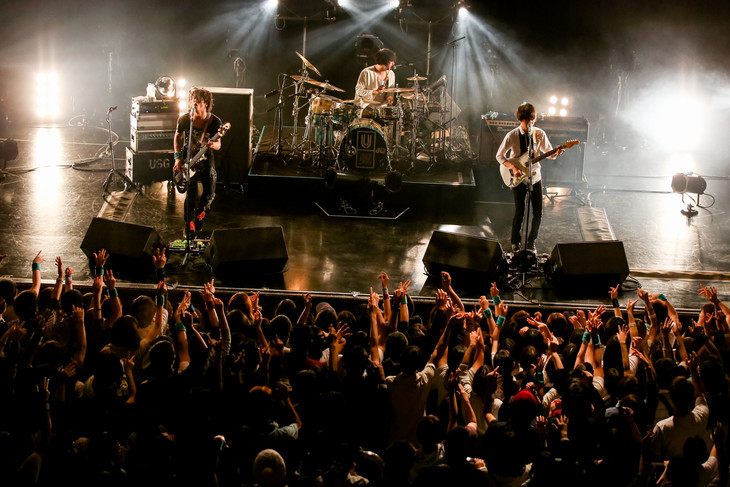 「UNISON SQUARE GARDEN TOUR2016『Dr.Izzy』」沖縄公演の様子。(Photo by Viola Kam [V'z Twinkle])