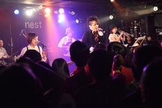 水島大宙(a.k.a TAKA)によるライブの様子。