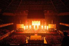 火柱が上がるステージ。(撮影:鈴木健太、大杉明彦)