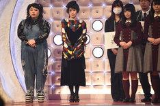 全体顔合わせの様子。左から渡辺直美、椎名林檎、欅坂46。
