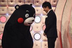 氷川きよしの歌唱時ゲストのくまモンと挨拶する、総合司会の武田真一アナウンサー。