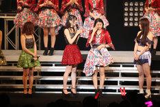涙を流すハロプロ新リーダー和田彩花(右から2番目)。(写真提供:アップフロント)
