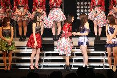 握手を交わす和田彩花(中央)と譜久村聖(右から2番目)。(写真提供:アップフロント)