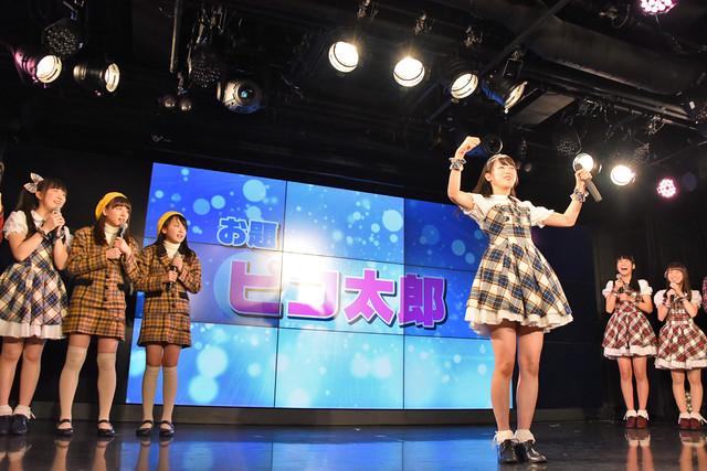 「ユニット混合ジェスチャー対決」でピコ太郎のジェスチャーをする佐藤乃々子。