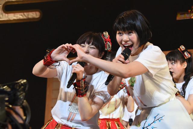 「仲良くなったよー!」と手を合わせる安本彩花(左)とMegu(右)。