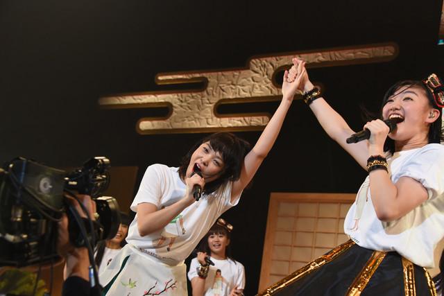 手をつないで「ぽー!」と叫ぶKaede(左)と小林歌穂(右)。