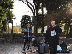 宮崎県内でストリートライブを行う電波少女。(写真提供:アリオラアーティスト)