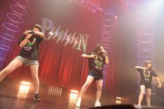 PiiiiiiiN候補生によるライブの様子。左から鈴木媛子、今波早稀、姫川風子。