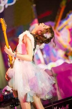 すぅ(Vo, G) (Photo by Satoshi Hata)