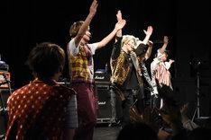誕生日祝いに「Pa Pa Pa パンティー!」を踊るメンバーを見つめる矢部昌暉(手前)。