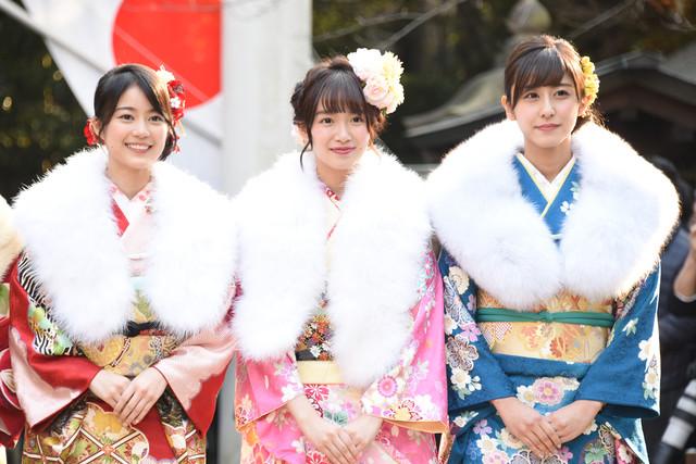 左から生田絵梨花、中元日芽香、斎藤ちはる。