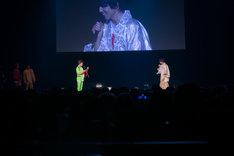 タカシ(右)への手紙を読み上げるタクヤ(左)。(撮影:米山三郎)