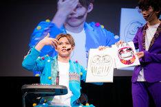 絵の腕前を披露するカイ(左)と、ユーキ画伯の絵を持つリョウガ(右)。(撮影:米山三郎)