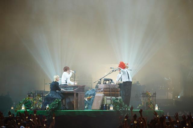 DJ台が置かれたステージの様子。