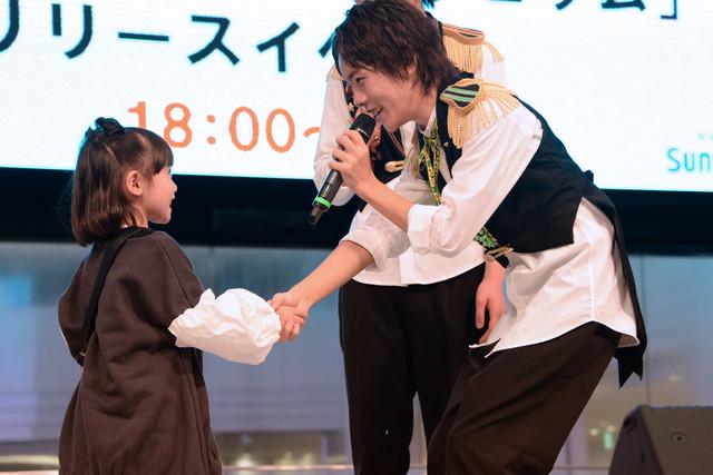稲垣来泉(左)と握手する山崎悠稀(右)。