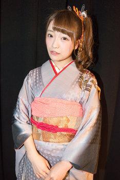 晴れ着姿の齋藤里佳子。