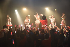 「DEAR KISS齋藤里佳子成人式ライブ」の様子。