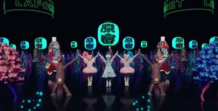 きゃりーぱみゅぱみゅ「原宿いやほい」ミュージックビデオのワンシーン。