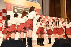 新曲「モーニングみそ汁」を初披露するモーニング娘。'17。アレンジは平田祥一郎によるもの。