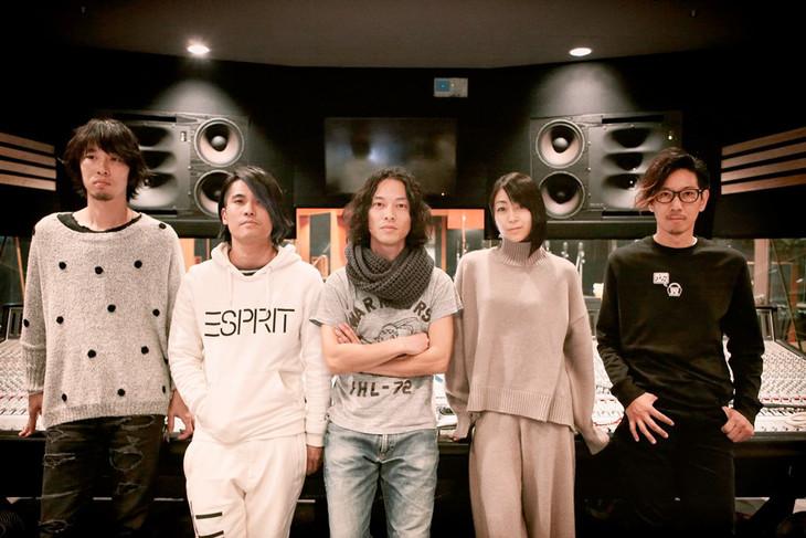レコーディングスタジオでのTHE BACK HORNと宇多田ヒカル。