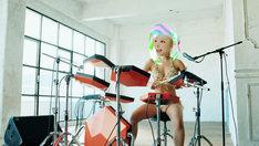 中田ヤスタカ「Crazy Crazy(feat. Charli XCX & Kyary Pamyu Pamyu)」MVのワンシーン。ドラムを演奏するきゃりーぱみゅぱみゅ。