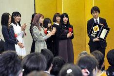PASSPO☆と、「Mr. Wednesday」の作詞作曲、および「パチェロレッテは終わらない」の作曲を担当したペンネとアラビアータ機長。