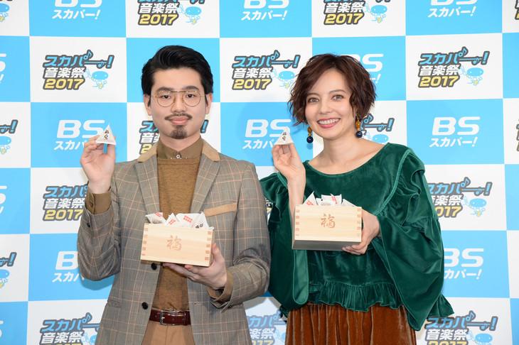 本日2月3日に行われた「第6回スカパー! メディアラウンドテーブル」に出席したハマ・オカモト(左)とベッキー(右)。