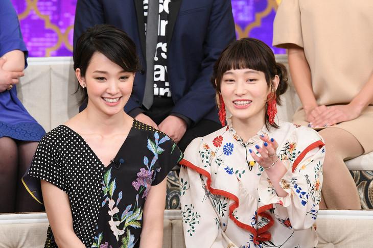 「櫻井・有吉THE夜会」にゲスト出演する剛力彩芽とコムアイ。(c)TBS