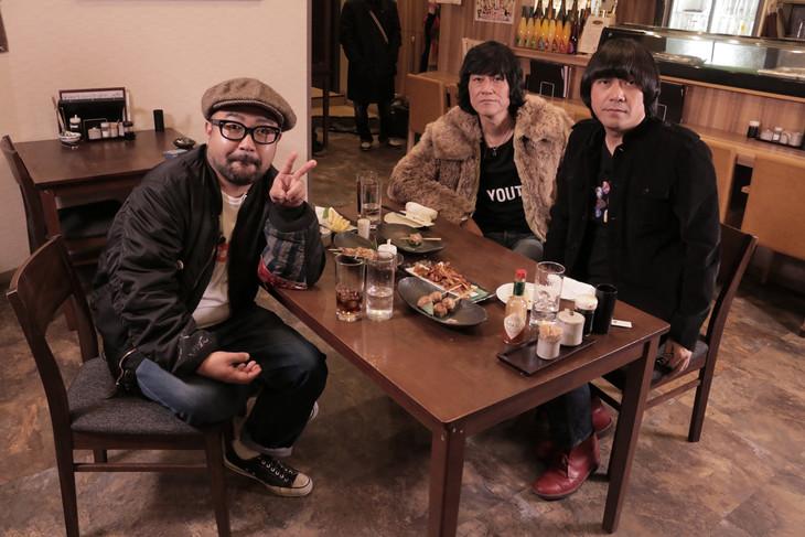 左から松本素生(GOING UNDER GROUND)、古市コータロー、加藤ひさし。