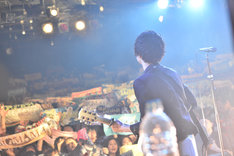 フロアを見渡す金井政人(Vo, G)。(Photo by AZUSA TAKADA)