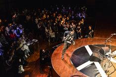 ステージを走るYO-KING(真心ブラザーズ)。(Photo by AZUSA TAKADA)
