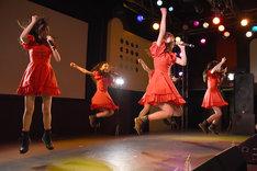 曲中に勢いよくジャンプする桜エビ~ず。