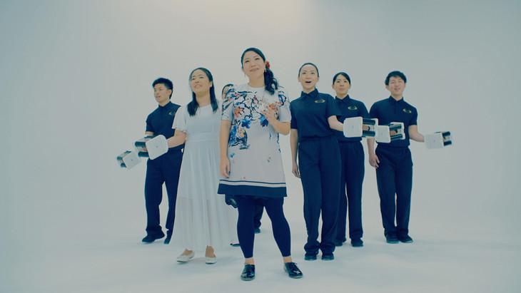 仲宗根泉(HY)「DEBUと言われて」ミュージックビデオのワンシーン。