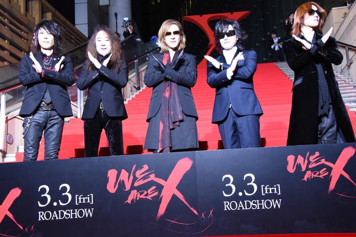 紅カーペットでポーズを決めるX JAPAN。
