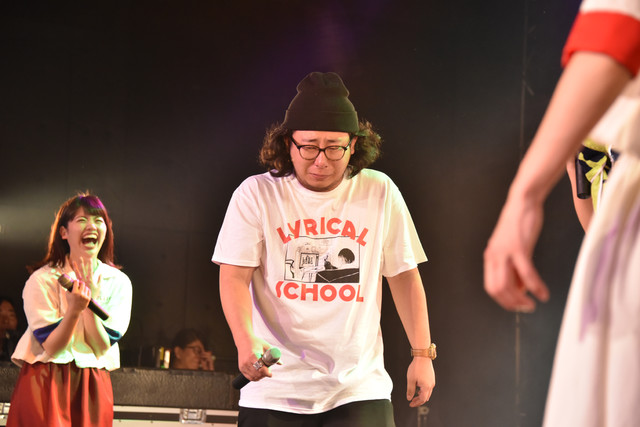 """2017年2月に東京・新宿BLAZEで実施されたlyrical schoolのワンマンライブ「lyrical school one man live 2017 """"ラストソング""""」で男泣きを見せるキムヤスヒロ。"""