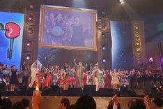 「交響曲第9番」に合わせて「PPAP」を歌うピコ太郎と、この日の出演ゲストおよびVIP客。(写真提供:AMC)